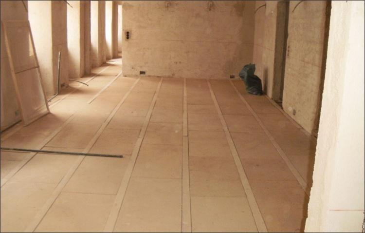 Verlegte Weichfaserplatten mit integrierter Holzleiste zur Befestigung des Unterbodens