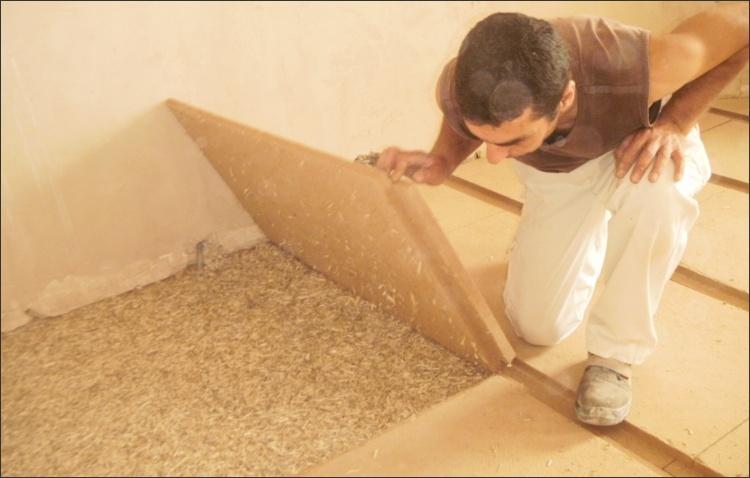 Verlegung der WF-Platten (Trittschall- und Dämmplatte) auf Hanf-/Lehmschüttung