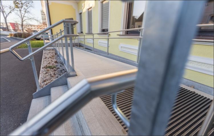 Barrierefreier Zugang durch Rampe